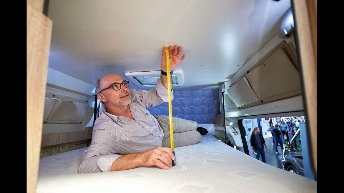 Reisemobil Karmann Dexter mit 62 cm Kopffreiheit beim Hubbett