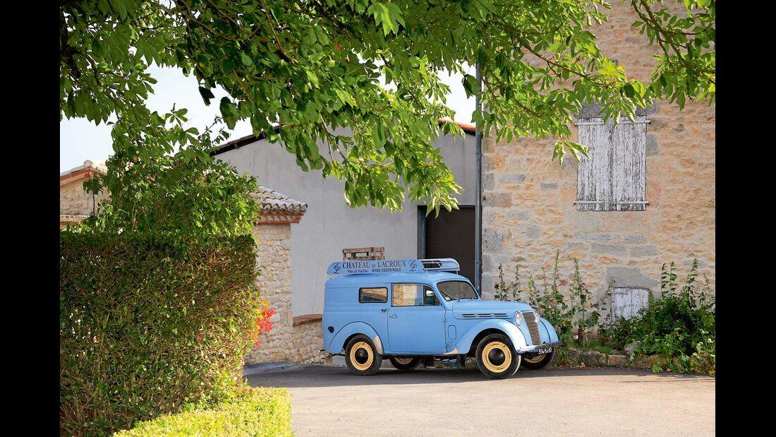 Renault Juvaquatre Fourgonnette auf Gut Château Lacroux.