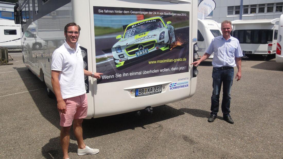 Rennfahrer Maximilian Götz (links) übernimmt einen Morelo Palace 90 G von Caravaning-Center Schmidtmeier Geschäftsführer Michael Masuhr.