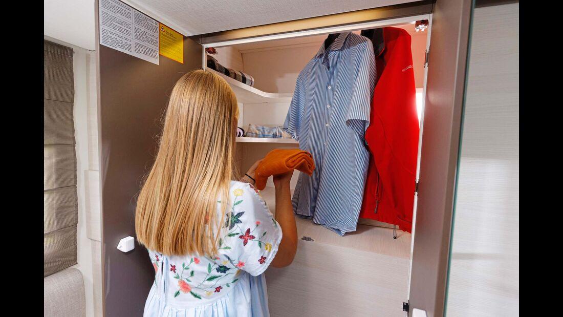 Riesiger Kleiderschrank mit integrierten Regalfächern im Heck.