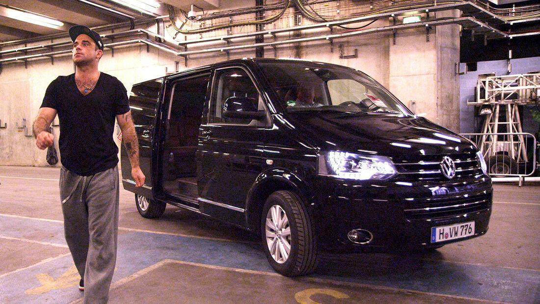 Robbie Williams ist derzeit wieder auf Tour. Unterstützt wird er dabei von Volkswagen. VW den Multivan zur Verfügung.