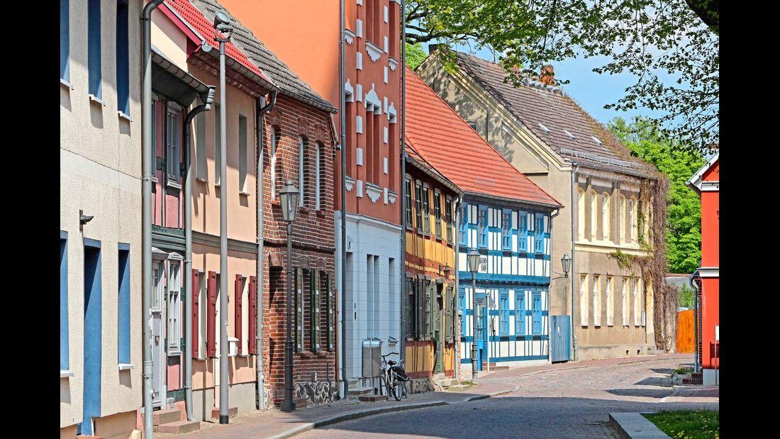 Röbel an der Müritz hat Ringgassen mit bunten Fachwerkhäusern und eine lange Uferpromenade.