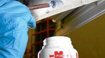 Rostumwandler zersetzt die poroese Oberflaeche von korrodierten Metallteilen.