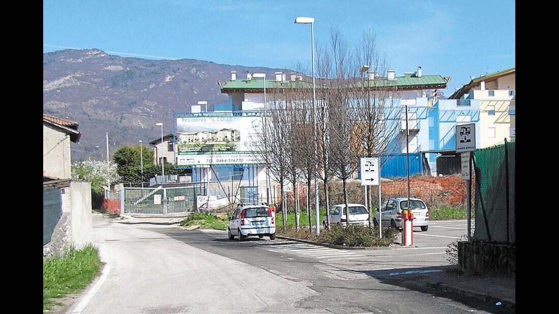 Rovereto: die Einfahrt zum Stellplatz am Stadion Quercia.