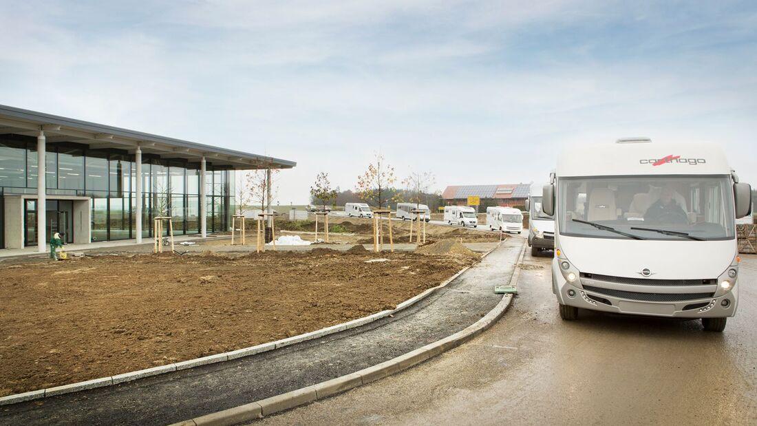 Rund 60 Reisemobile rollten Ende November von Ravensburg nach Aulendorf: Das werkseigene Verkaufszentrum zog um.