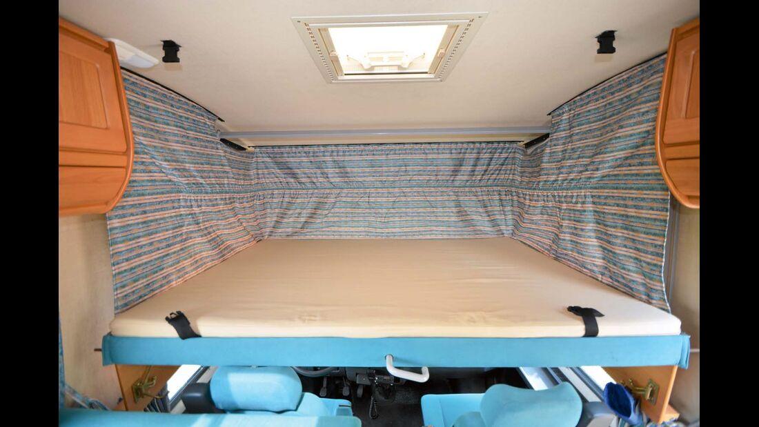 Rund 90 Zentimeter Kopffreiheit machen aus dem Hubbett einen vollwertigen Schlafplatz.