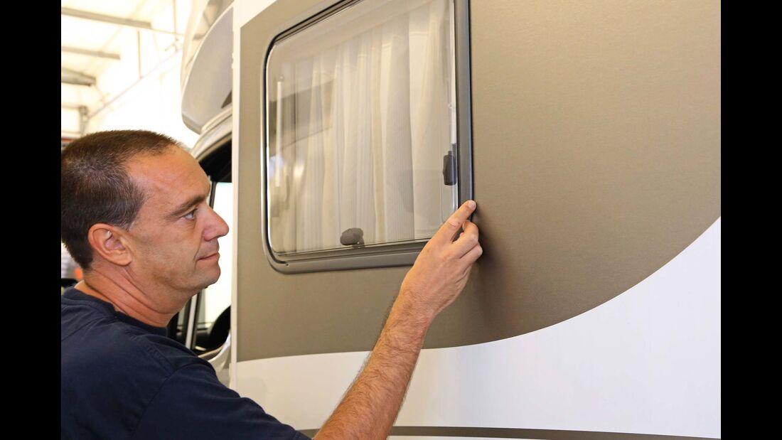 Sämtliche Durchbrüche in der Reisemobilwand, wie Fenster und Türen, sind potenzielle Einfalltore für Feuchtigkeit und müssen überprüft werden.