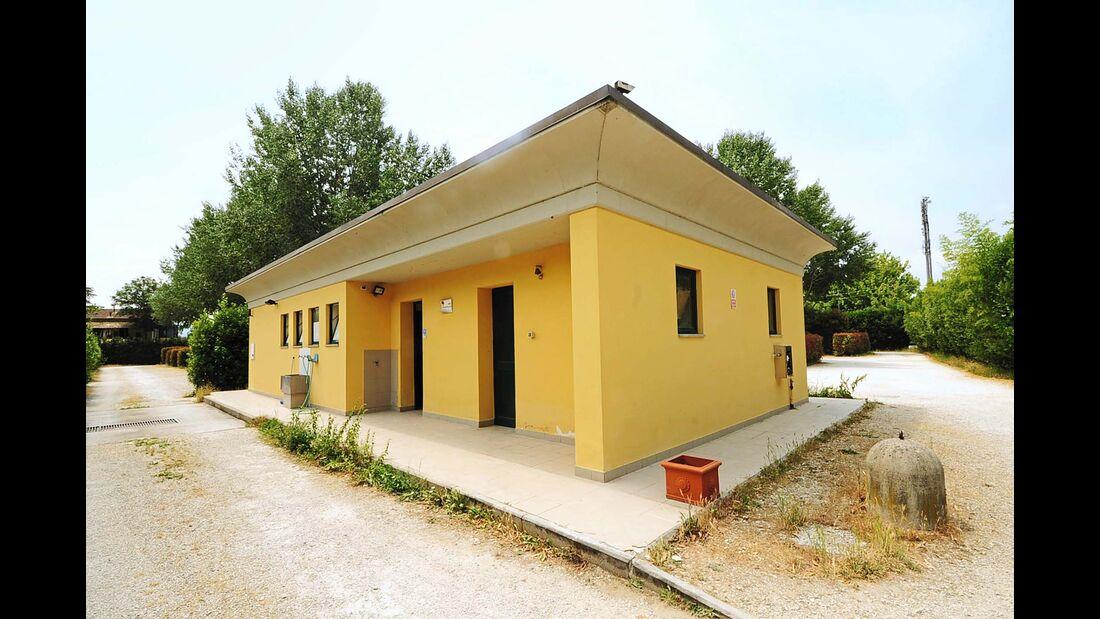 Sanitärgebäude des Area Attrezzata Camper Il Serchio