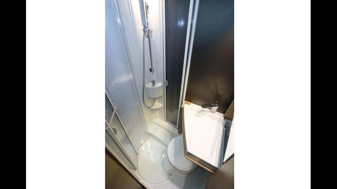 Sanitaerraum mit seitlich heruntergeklapptem Waschbecken.