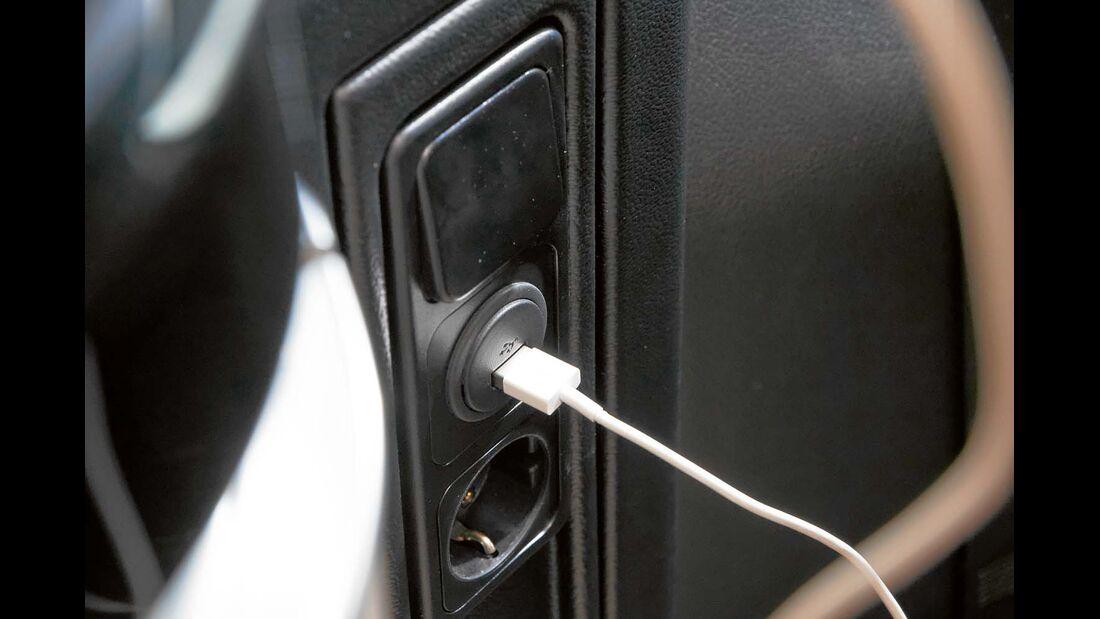 Schalter für die Ambientebeleuchtung, Steckdosen und FI-Schalter an der Stirnseite der Küche