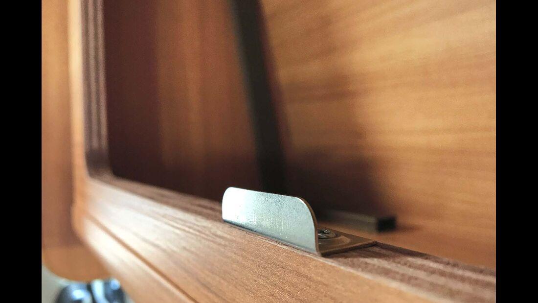Scharfkantige Schließbleche in den Eingriffen der Hängeschränke – da muss der Hersteller nachbessern.