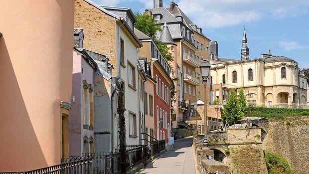 Schicke Anwesen prägen das Bild des feinen Stadtteils oben auf dem Bockfelsen.