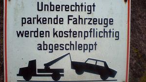 Schild Parkverbot Abschleppen