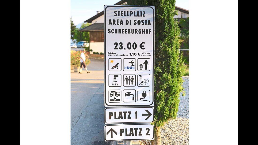 Schild des Stellplatzes Schneeburghof mit allen wichtigen Informationen
