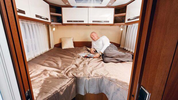 Schlafen wie auf Wolken auf dem großen Bett im Heck.