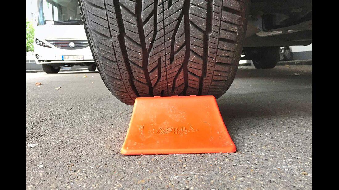 Schmale Keile, wie der Reimo-Ausgleichskeil Strong, bieten breiten Reifen keine optimale Standfläche.
