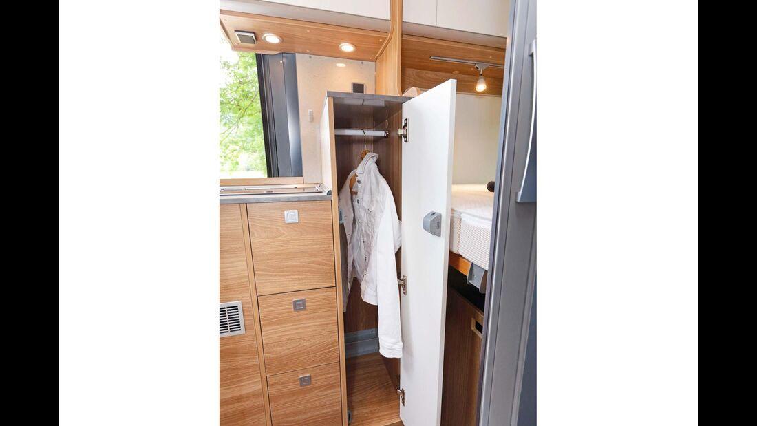 Schmaler, aber hoher Kleiderschrank zwischen Küche und Schlafbereich.