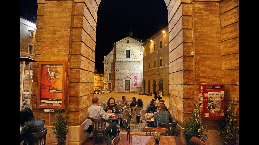 Schöne Abendbeschäftigung im Bergstädtchen Macerata