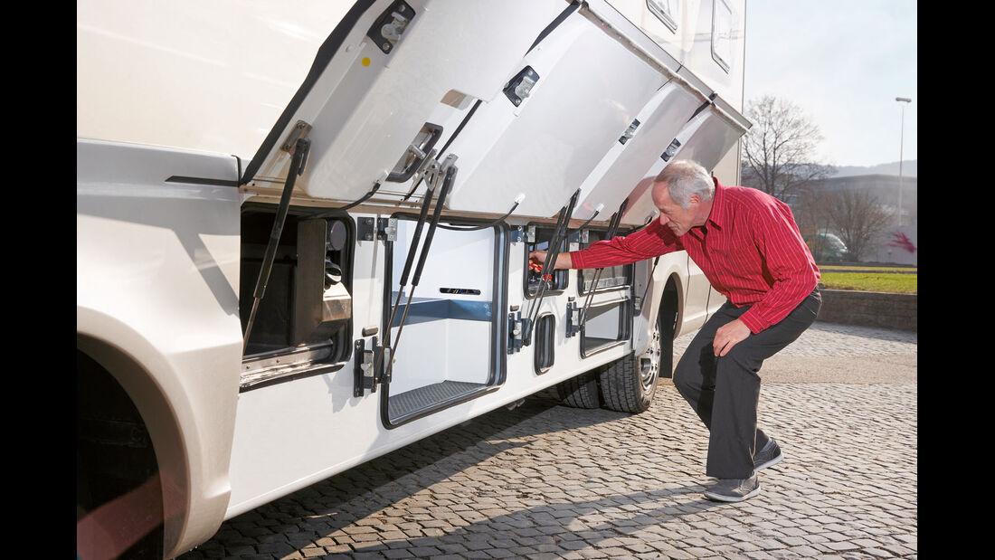 Schuerzenklappen schaffen Zugang zu Doppelbodenfaechern und Bordtechnik.