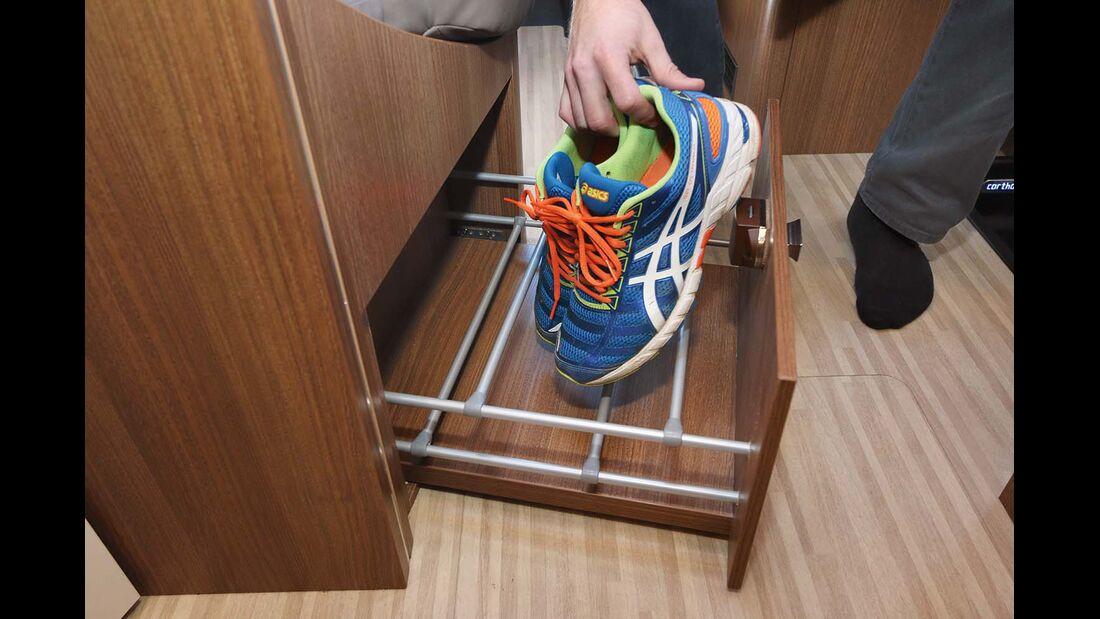 Schuhe kommen direkt in einer Schublade an der Stirnseite der Querbank unter beim Carthago C-Tourer I 144 LE Epic