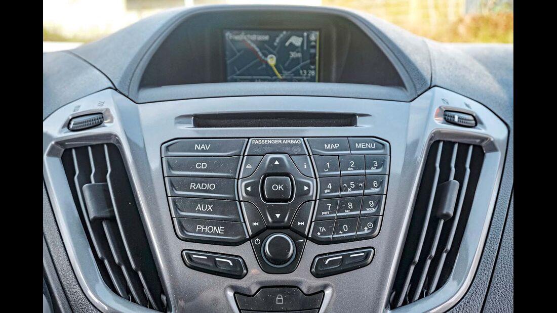 Sehr kleiner Infotainment-Bildschirm und nicht immer logisch angeordnete Schalter und Knöpfe beim Ford Transit