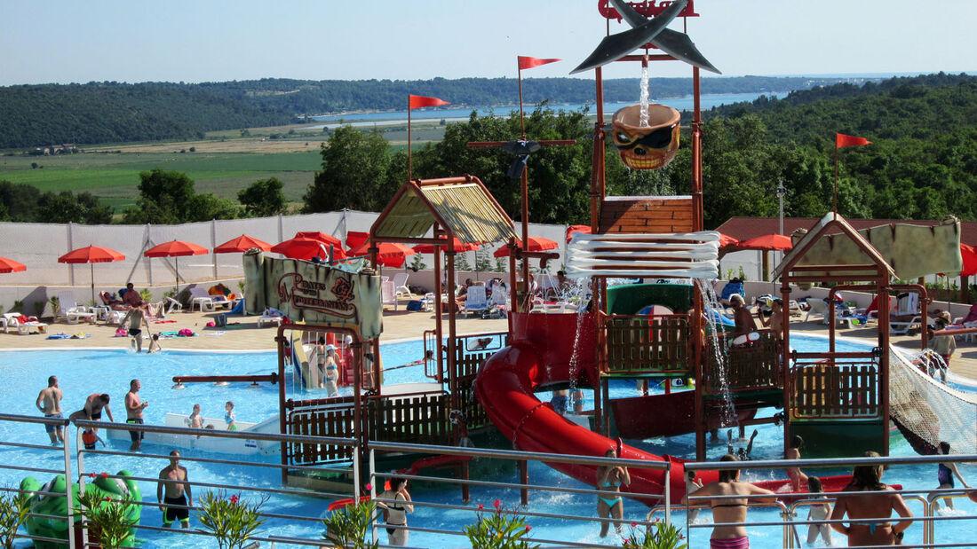 """Seit Mitte Juni hat die kroatische Adria-Halbinsel Istrien einen Wasserpark. Bei Nova Vas, zwischen Novigrad und Umag, lädt der """"Aquapark Istralandia"""" zum Wasserspaß für große und kleine Besucher ein."""