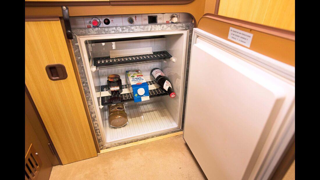 Selbst ein 45-Liter-Kühlschrank ist an Bord, das Feierabendbierchen ist gesichert.
