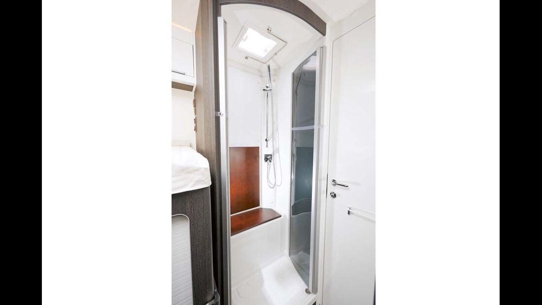 Separate Dusche mit Sitzbank.