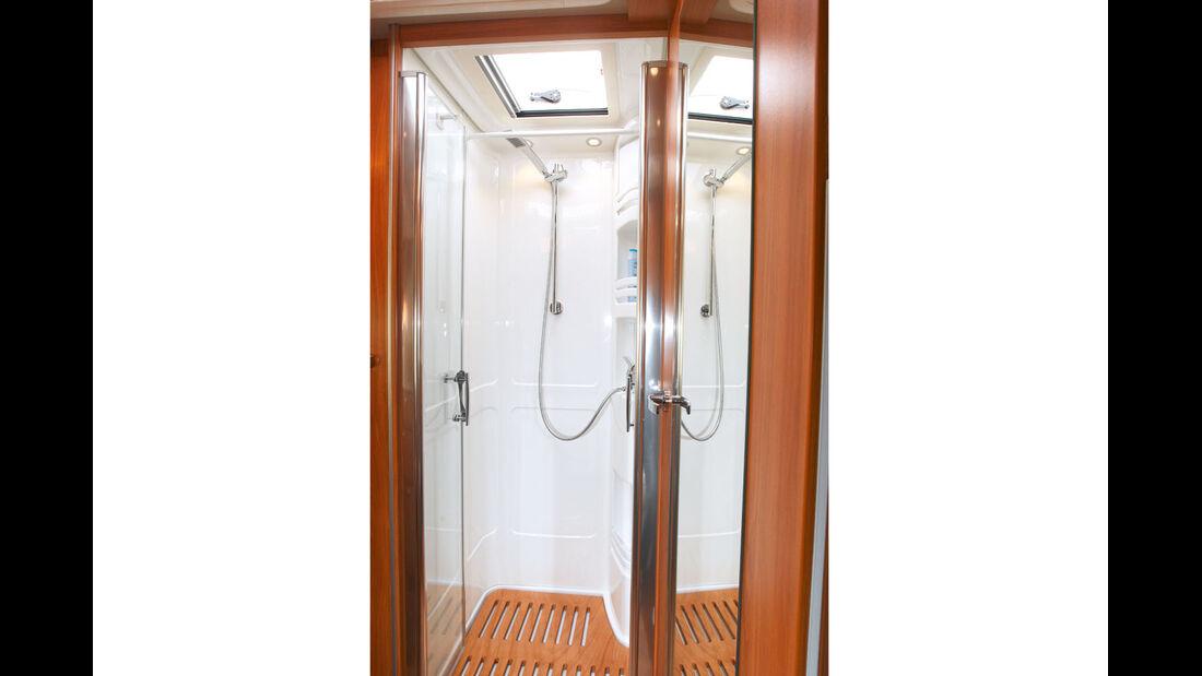 Separate Dusche mit edlen Echtglas-Tueren.