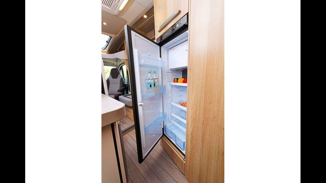 Serienmäßiger 145-Liter-Kühlschrank mit vielen Fachböden.