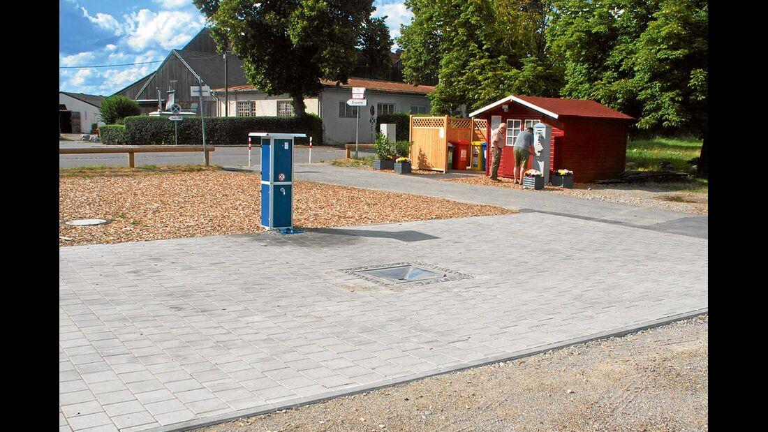Service: EVA-Anlage, Parkscheinautomat und Info-Häuschen.