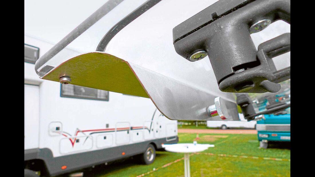 Sicherheitsprofile von Womo-Sicherheit werden mit Schrauben am Rahmenfenster befestigt