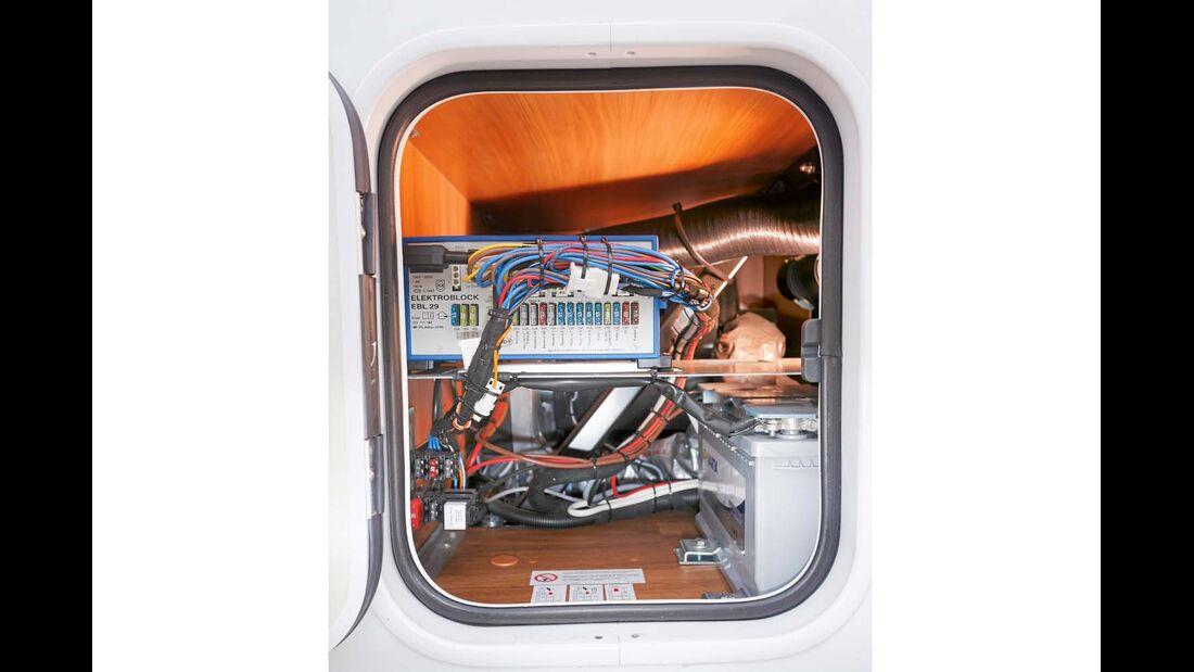 Sicherungen, Elektroblock und Akku durch Außenklappe gut erreichbar im Hymer Exsis-t