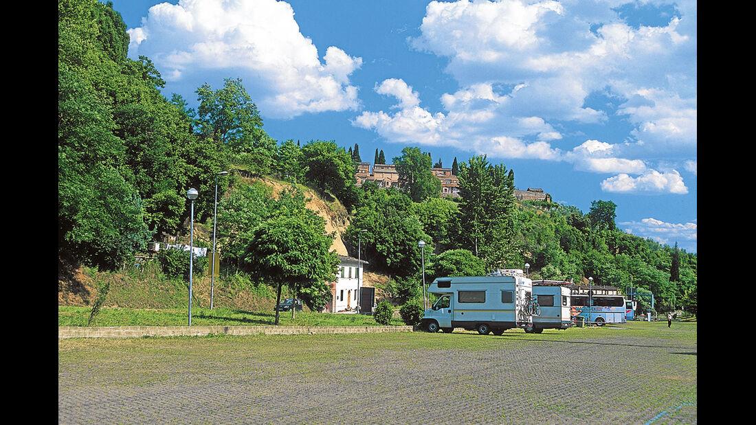 Siena: der recht laute Parkplatz für Busse und Reisemobile.