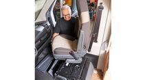 Sind die Schrauben gelöst, lässt sich der Sitz aus dem Fahrerhaus heben.
