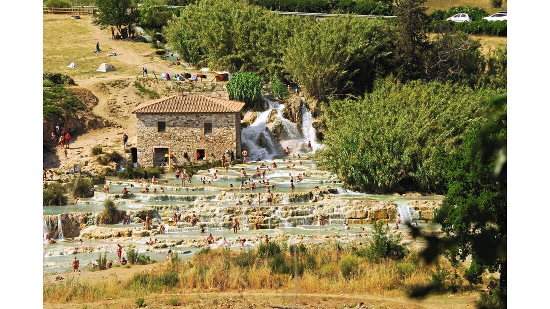 Sinterbecken am Wasserfall Cascate del Mulino in Saturina