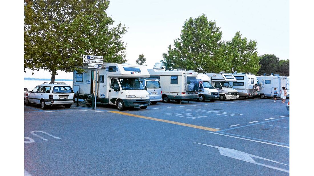Sirmione: die Stellplätze am Parkplatz Piazzale Monte Baldo.