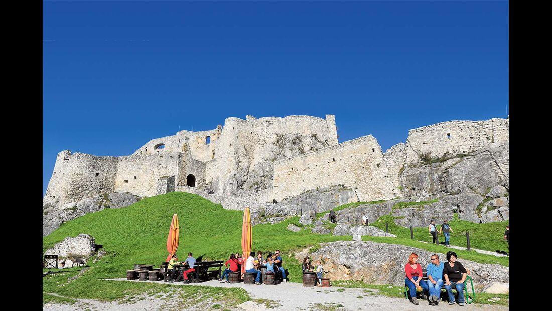 Sitzbänke vor der Burg Zips