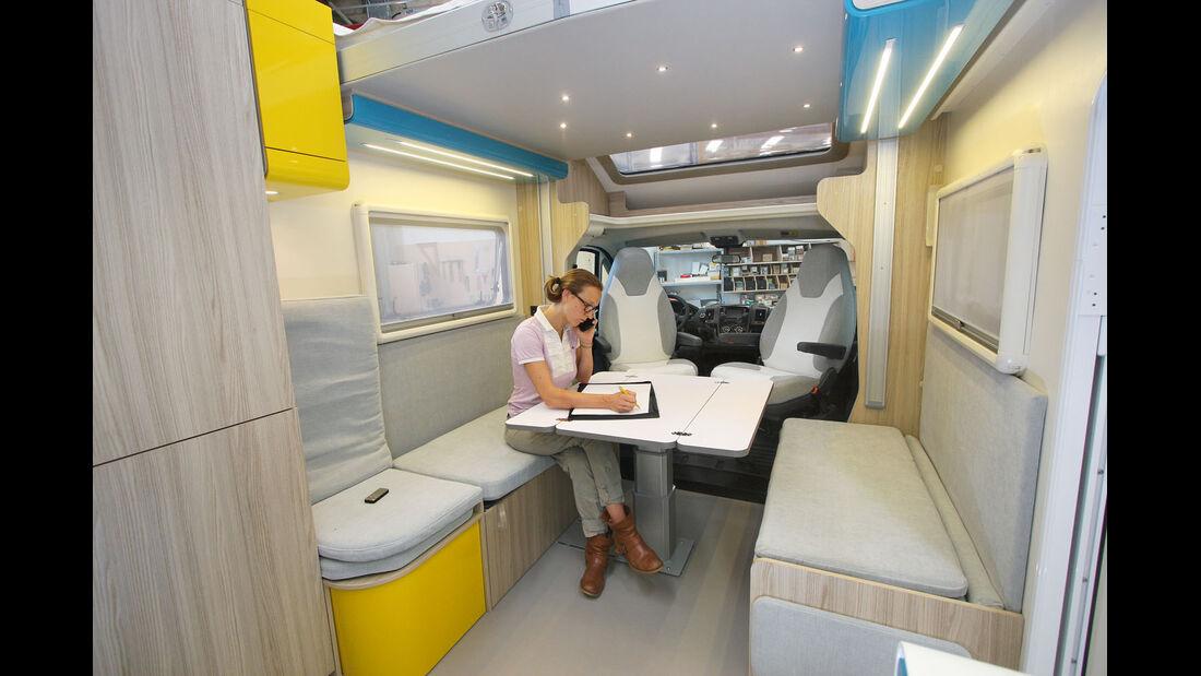 Sitzgruppe enthält Doppelbett im Wohnmobil Triaca