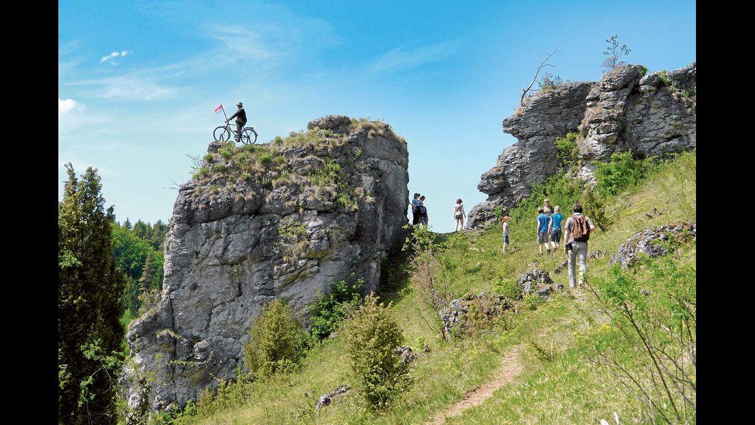 Skulptur eines Radfahrers auf dem Felsen im Kleinziegenfelder Tal.