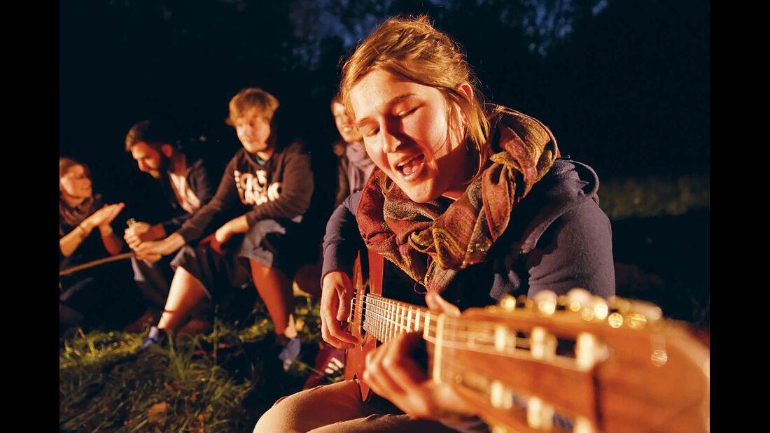 Später am Abend: Das Lagerfeuer brennt gemütlich aus – bei Musik, Geschichten und Getränken.