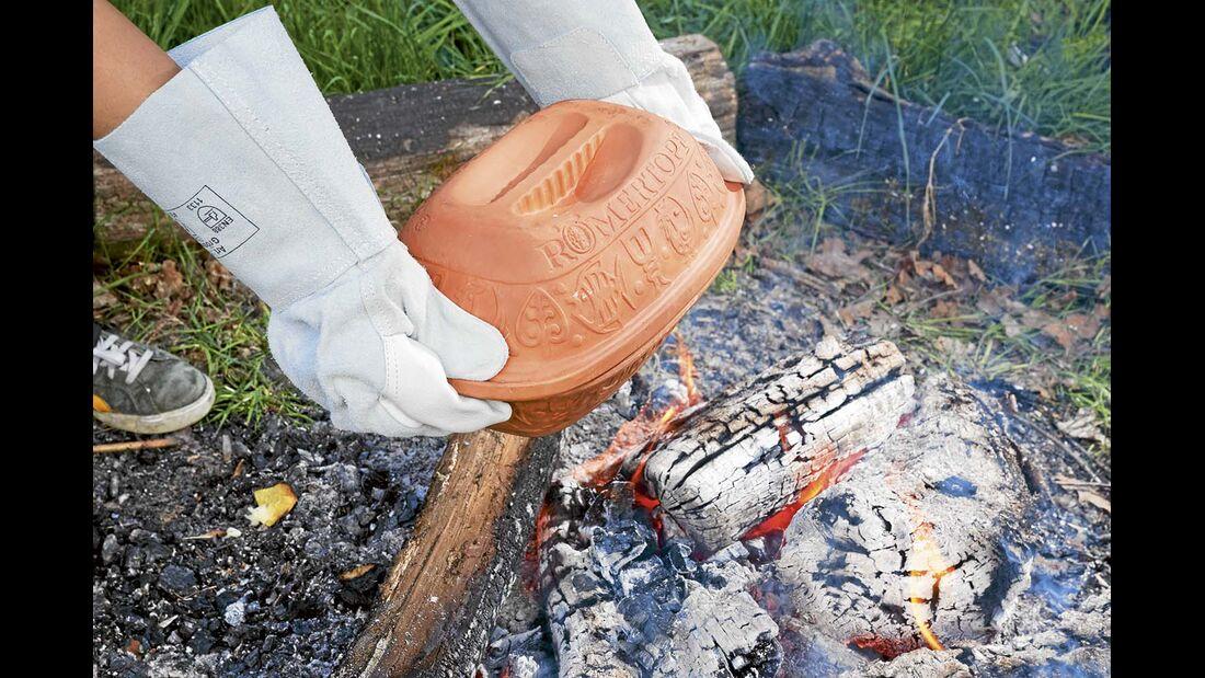 Spielzeug für Feuer Teufel: Verletzen Sie sich nicht und benutzen Sie die richtigen Utensilien, damit Sie sich nicht verbrennen. Nehmen Sie Grillzangen und lange Stöcke zum Dirigieren der Glut. Schweißerhandschuhe aus Leder sind ein Muss, um Töpfe und Pfannen aus dem Feuer zu holen.