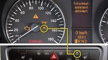 Spurhalteassistent: Warnt beim Überfahren der Fahrbahnmarkierungen.