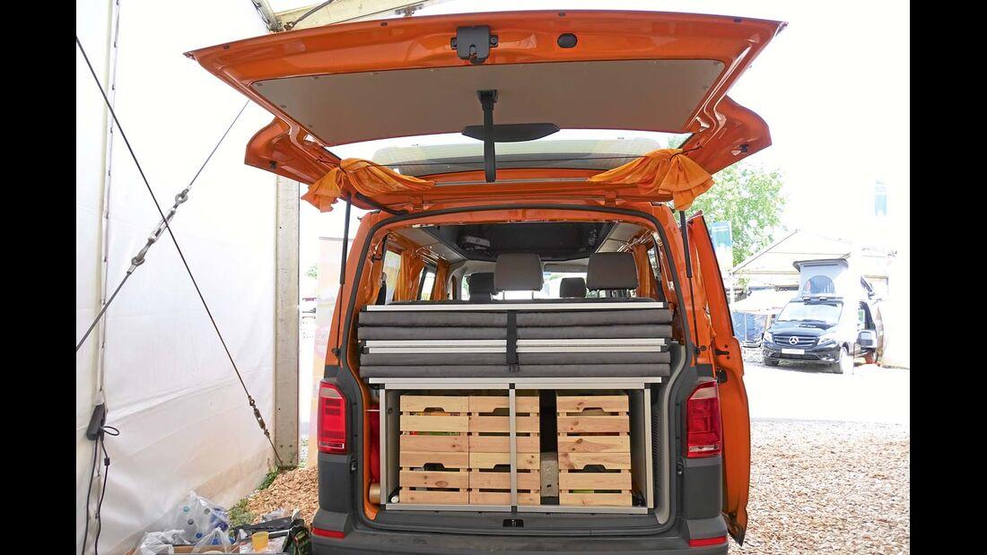 Stauboxen aus Holzkisten passen zum Gesamtkonzept.