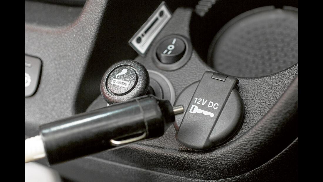 Steckdosen für 12-Volt-Geraete gibt es teilweise nur im Cockpit der Reisemobile.