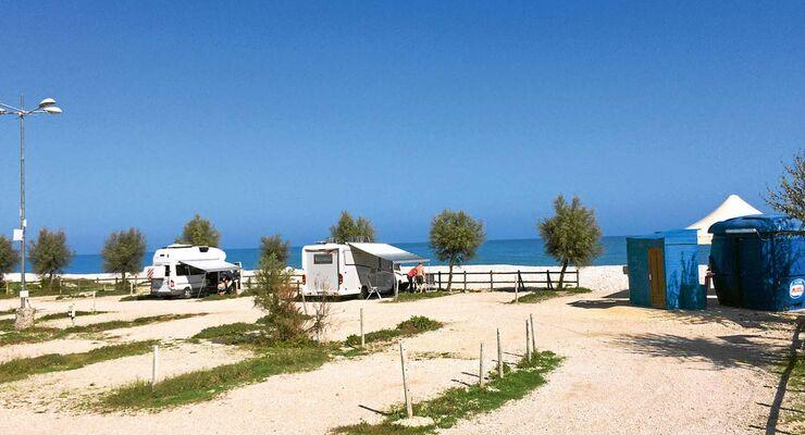 stellplatz tipp italien am strand der abruzzen promobil. Black Bedroom Furniture Sets. Home Design Ideas