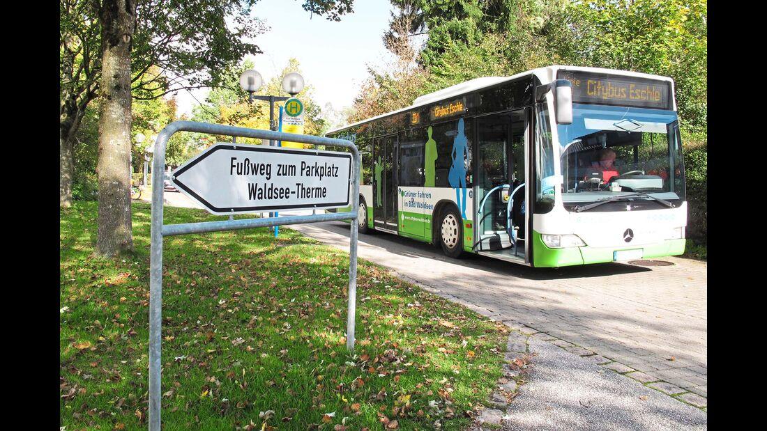 Stellplatz an der Waldsee-Therme Bushaltestelle in Richtung Zentrum