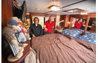 Stolz zeigt Marcus Bauermann Hersteller Jürgen Landsberg, sein Schlafzimmer.