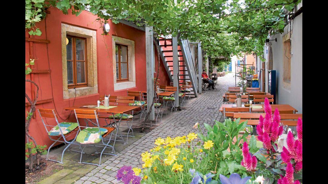 Straße Altkötzschenbroda in Radebeuls mit vielen Lokalen