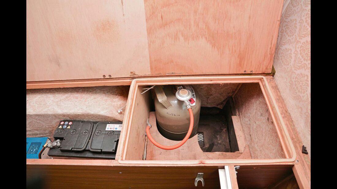 Strom- und Gasversorgung findet sich unter der Hecksitzbank. Eine Kontrollanzeige für die Batteriespannung gibt es nicht.